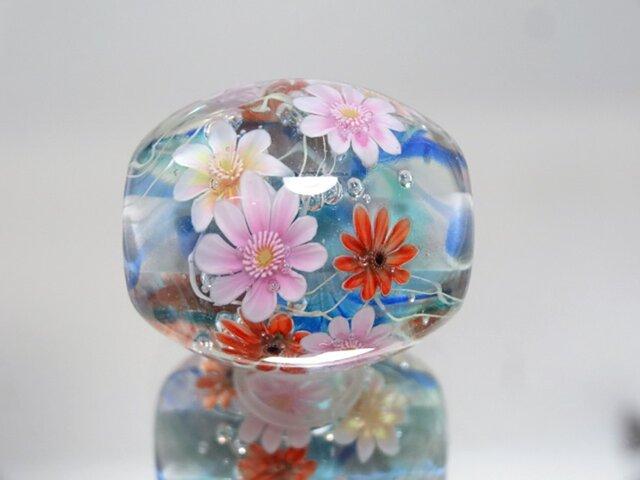 ガーベラのとんぼ玉(ガラス玉)の画像1枚目