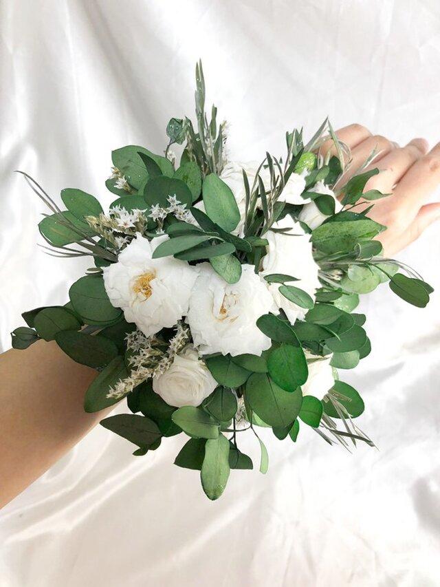 ユーカリと白薔薇のリストレット/ウェディングフラワー/プリザーブドフラワーの画像1枚目