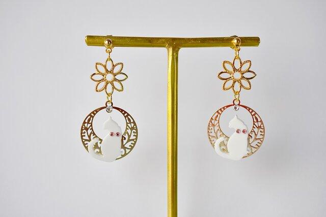 ピンクスワロ白猫のゴールドフラワーと満月ピアス / イヤリング 金属アレルギー対応 (樹脂 14kgf)の画像1枚目