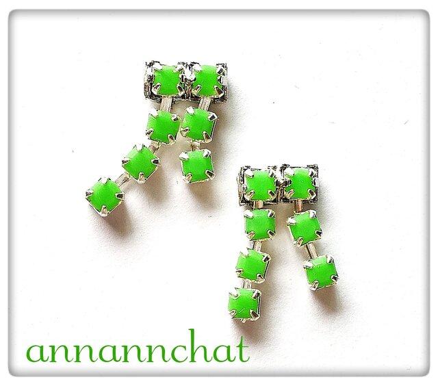【チェコ プレシオサ社製 オパークジェイド 緑  揺れる二連イヤリング】翠の画像1枚目