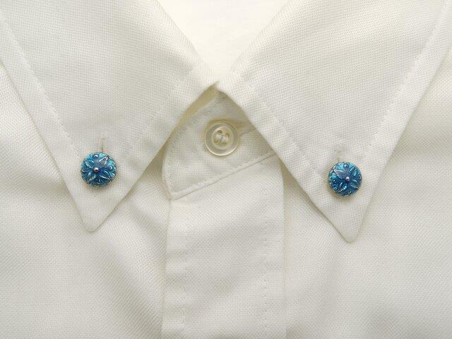 襟に少しのお洒落ボタンダウンピアス(ブルー)の画像1枚目
