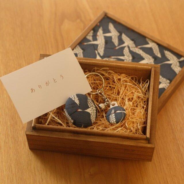 【ギフト】小さな桐箱ときもの小物3点セット 鶴文の画像1枚目