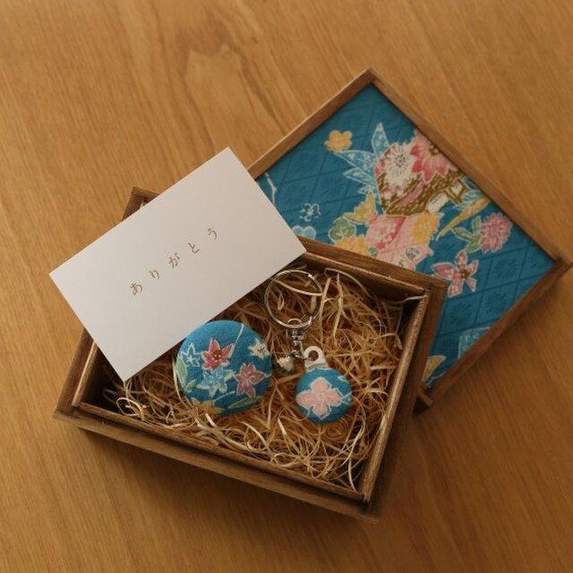 祝「令和」【ギフト】小さな桐箱ときもの小物3点セット 梅文・菊文の画像1枚目