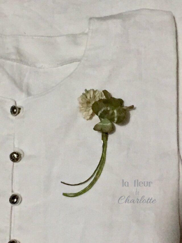 【再販】染花✳︎シロツメクサとクローバーのブローチ【アンティーク】の画像1枚目