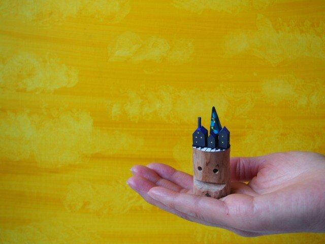 painted driftwood art 音符のなる木と鍵盤がある真夜中の家並み 青緑の木の画像1枚目