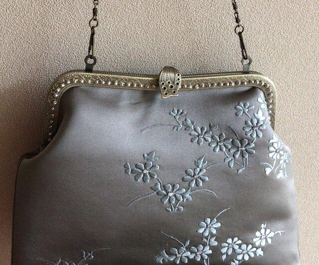 かぶせ口金バッグ・サンドベージュ繻子帯地に水色小花刺繍の画像1枚目