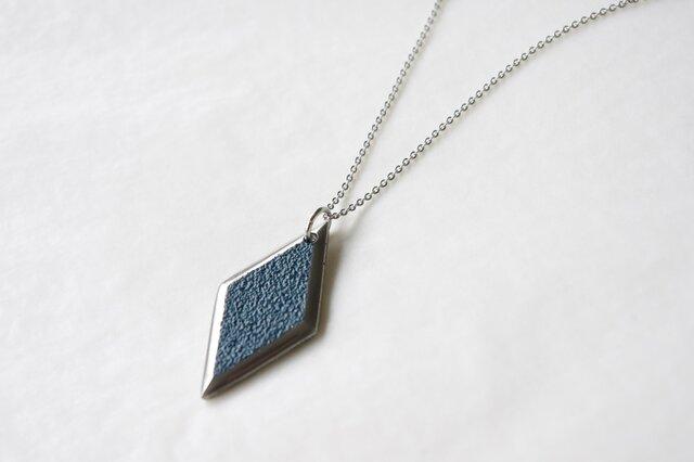 鋳金ネックレス『IHADA』藍色 菱形の画像1枚目