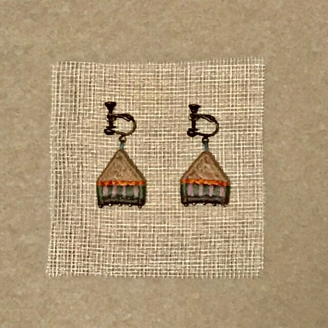 ゆらゆら彩る、刺繍ピアス/イヤリング(家)の画像1枚目
