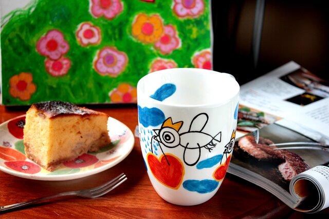 ハートを運ぶ白い鳥のマグカップ・ボーンチャイナの画像1枚目