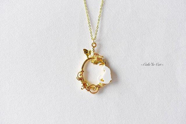 上品な白猫と蝶花リースネックレスの画像1枚目