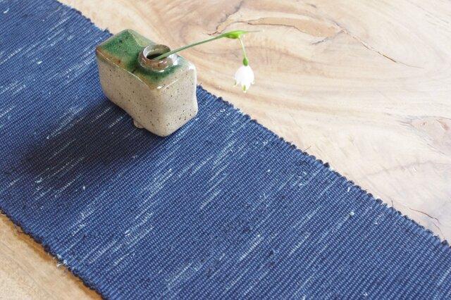 置くものを引き立てる裂き織り木綿テーブルセンター  本藍使用の深い藍色&フリンジ仕立て 和ナチュラル の画像1枚目