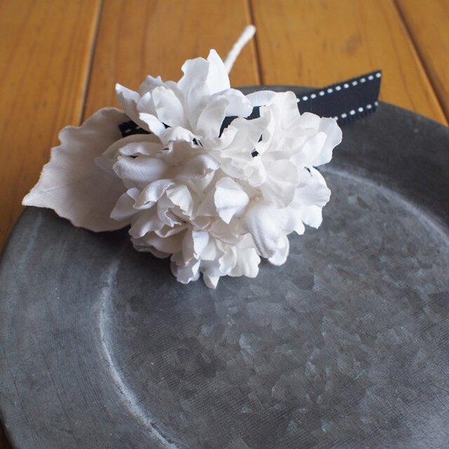 布染花*ふわり紫陽花-ホワイト*コサージュの画像1枚目