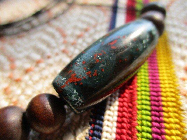 強いパワーを秘める朱砂 入り 三眼天珠 昭和初期アンティーク木珠 お紐仕立てネックレスの画像1枚目