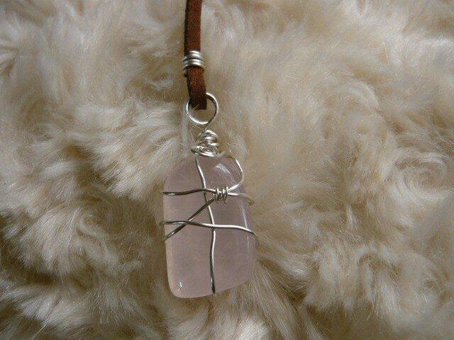 ジラソルピンク(天然石)のネックレス〈守り石〉 ワイヤーラッピングの画像1枚目
