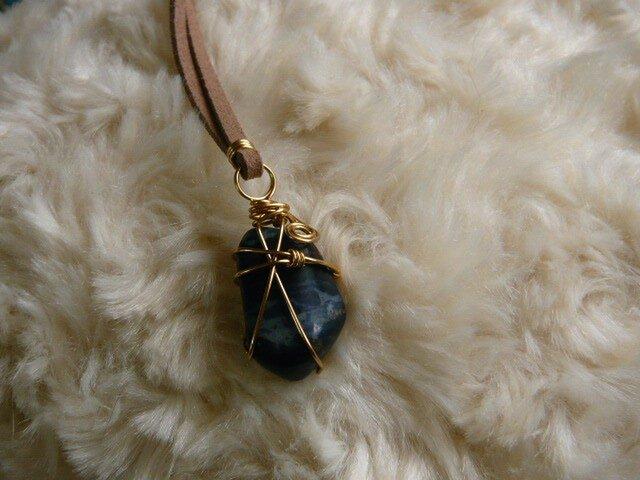 ソーダライト(天然石)のネックレス〈守り石〉 ワイヤーラッピングの画像1枚目