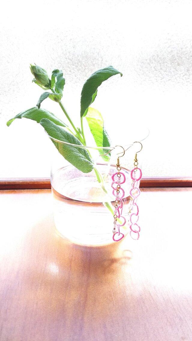 刺繍糸とビーズのピアス/イヤリング『ピンク系・1』の画像1枚目