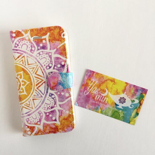 【春・夏】モロッコ風手描き曼荼羅柄 オレンジと紫の手帳型iPhone/Androidケース(留め具pink)の画像1枚目