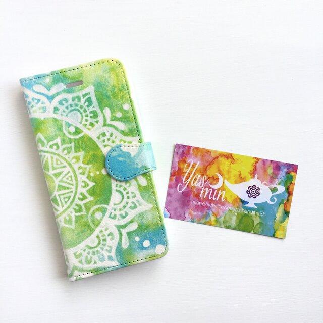 【春・夏】モロッコ風手描き曼荼羅柄 ライトグリーンとブルーの手帳型iPhone/Androidケース(留め具blue)の画像1枚目