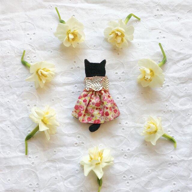 ●再販×3●卒入学式・お呼ばれに【せなかねこブローチ】ピンク小花柄ワンピースの猫ちゃん(フェルト・スパンコール・刺繍・春色)の画像1枚目