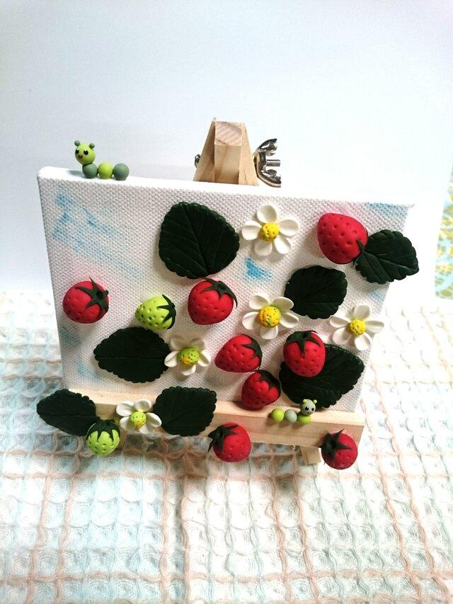 苺と青虫の画像1枚目