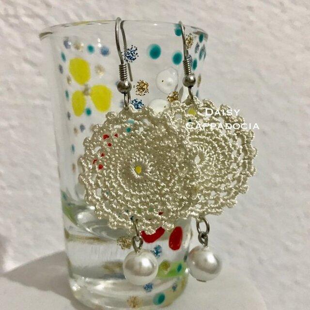 パールビーズ付き刺繍のピアス ロワイヤル・クリームの画像1枚目
