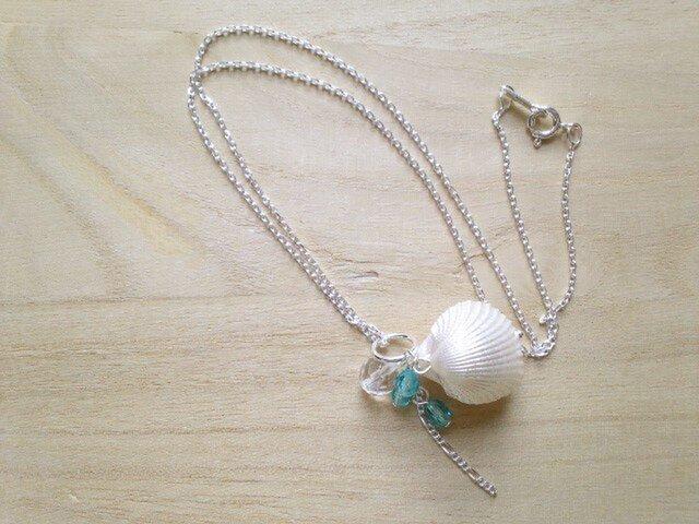 貝殻と水晶・水色のビーズがこぼれるペンダントの画像1枚目