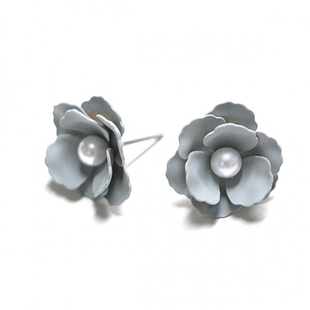 【1ペア】Anemonneグレーカラーパール付き花チタン芯ピアスの画像1枚目