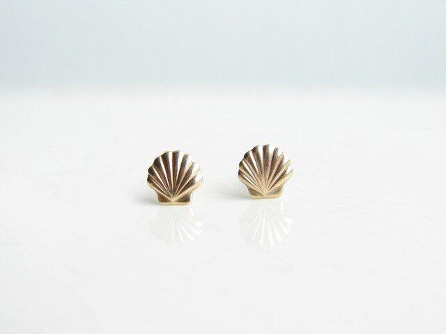 小さな貝殻のスタッドピアスの画像1枚目