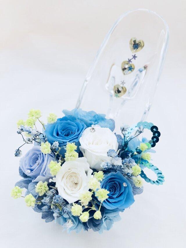 【プリザーブドフラワー/ガラスの靴シリーズ】ブルーローズと白の可憐なミニ薔薇とハートたちの楽しい時間の画像1枚目