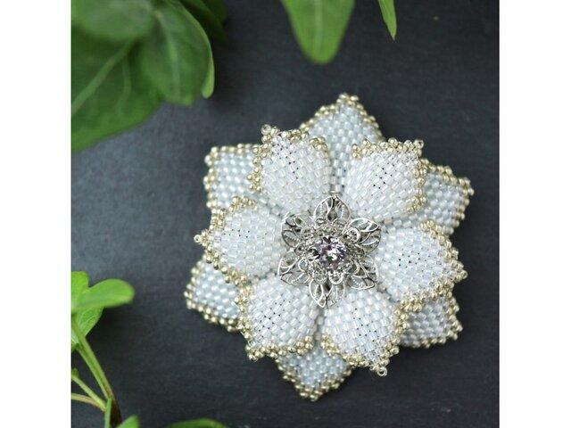 白いビーズで編んだ花のブローチの画像1枚目