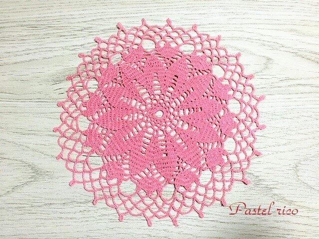 コーラルピンクの花ドイリーの画像1枚目
