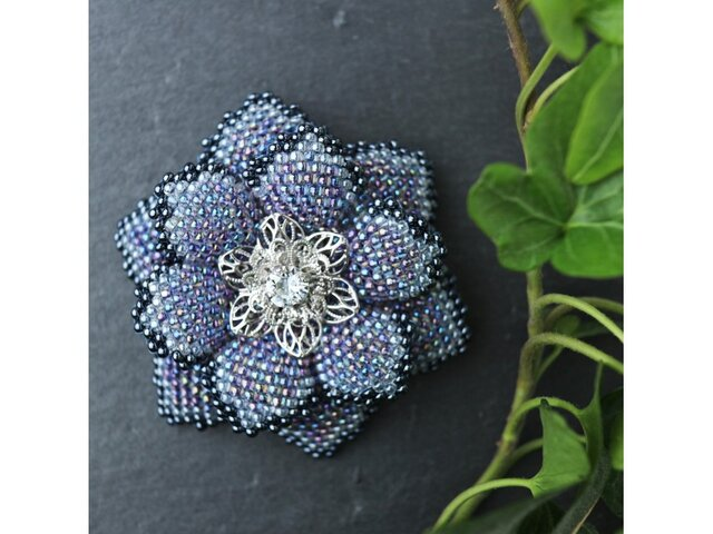青いビーズで編んだ花のブローチの画像1枚目