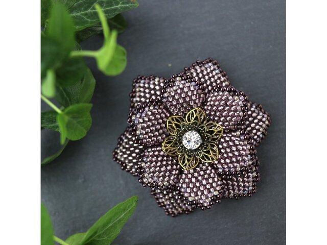 艶紫のビーズで編んだ花のブローチの画像1枚目