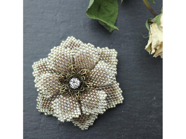 伽羅色のビーズで編んだ花のブローチの画像1枚目