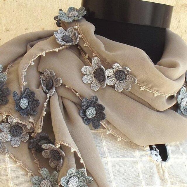 刺繍のデイジーのお花付き シフォンストール グレーの画像1枚目