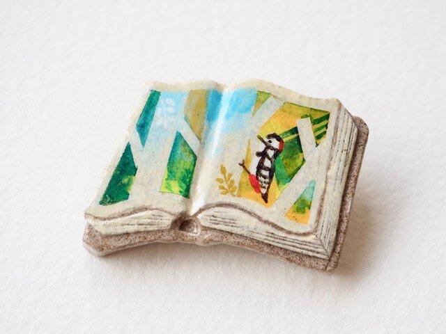 送料無料◆絵本みたいな陶土のブローチ《キツツキ、カンカン》の画像1枚目