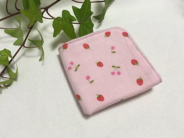 ガーゼタオルハンカチ いちごとさくらんぼ ベビーピンクの画像1枚目