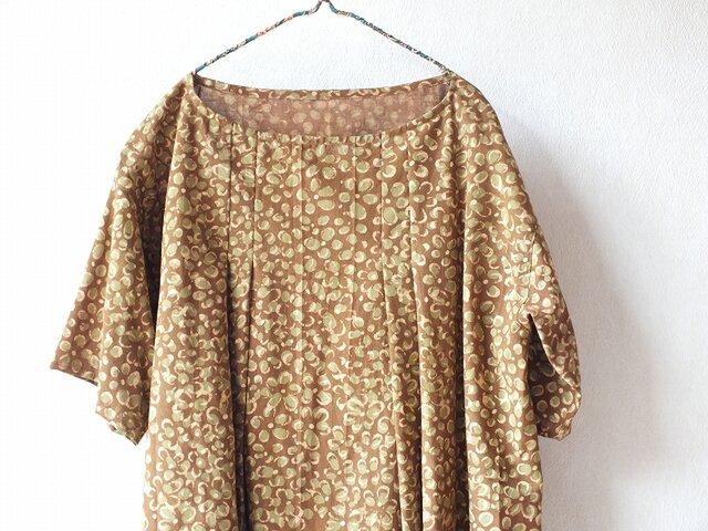 木版更紗のふんわりタックワンピースの画像1枚目