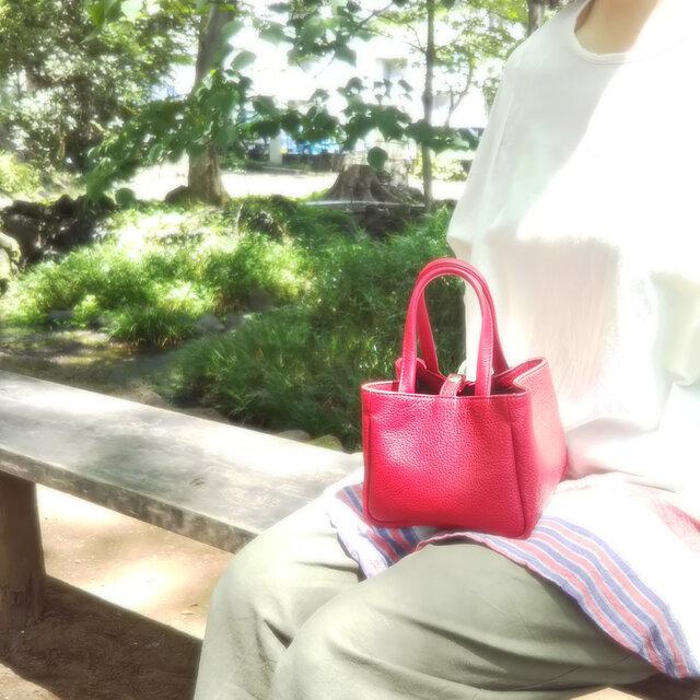 牛革】ひざの上にちょこんとのる小さなバッグ(赤)*受注製作*ハンドメイドの画像1枚目