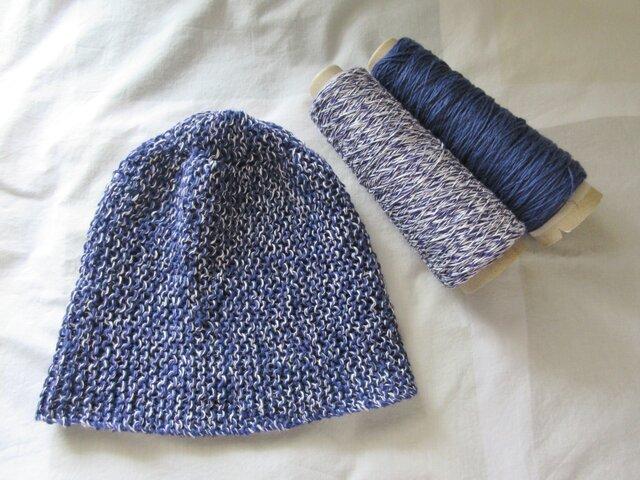 ゆったりコットンリネン 手編みニットキャップ 群青色の画像1枚目