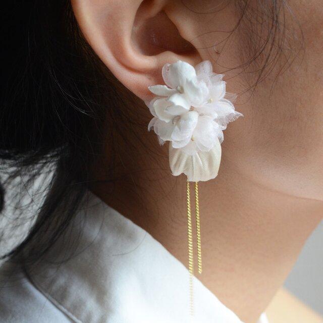 染の草花・白アジサイのピアス(ノンホールピアスへ変更可)の画像1枚目