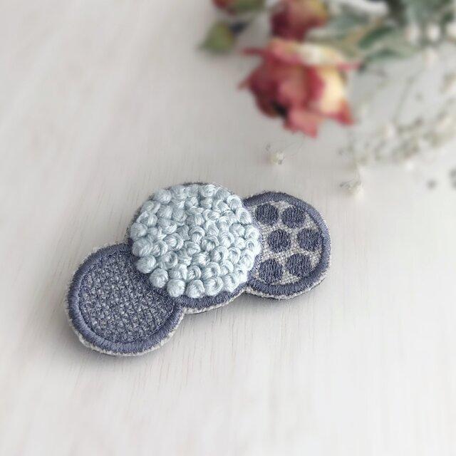 ドット刺繍ブローチ(アイスブルー)【受注生産】の画像1枚目