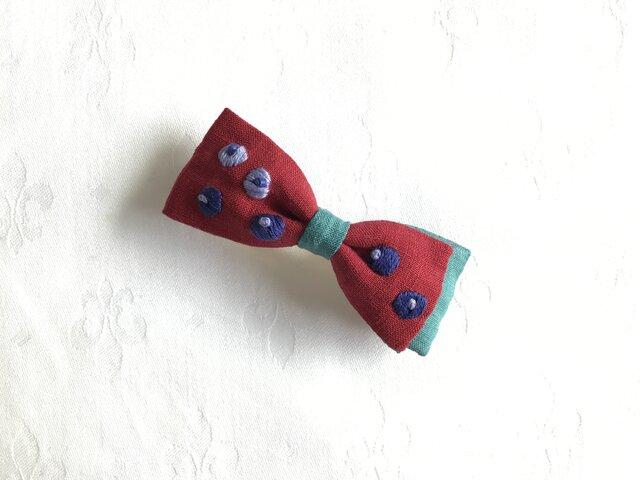 ブルーベリー刺繍のおりぼんバレッタ(アカ)の画像1枚目