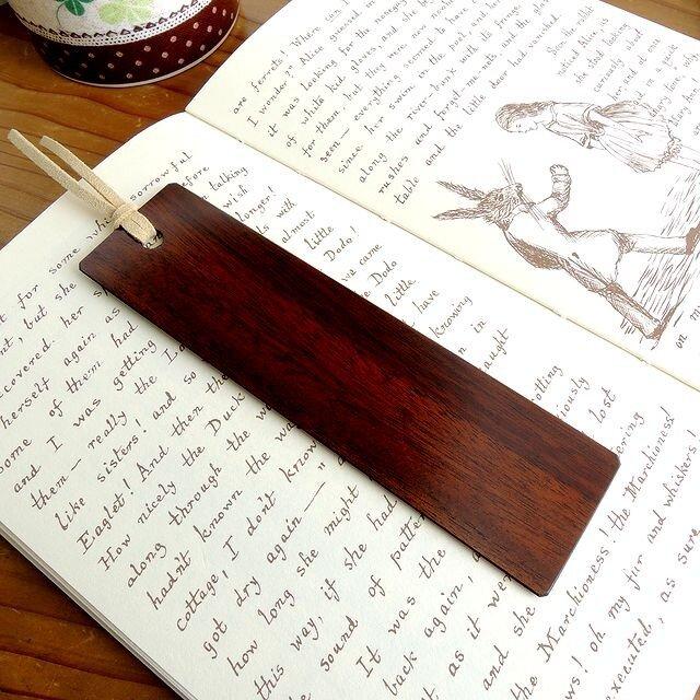 拭き漆仕上げ・クスノキの高級木製しおりの画像1枚目
