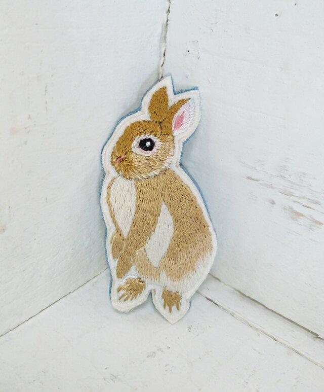 立ち上がりウサギちゃん*刺繍ブローチの画像1枚目