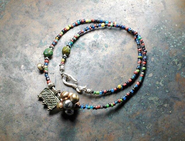 エチオピアンシルバーと多彩アンティークビーズの鈴なりネックレスの画像1枚目