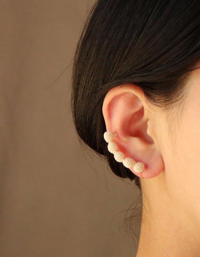 5粒 白い編玉の耳飾り [片耳用][7mm玉] [Ball_φ7×5]の画像1枚目