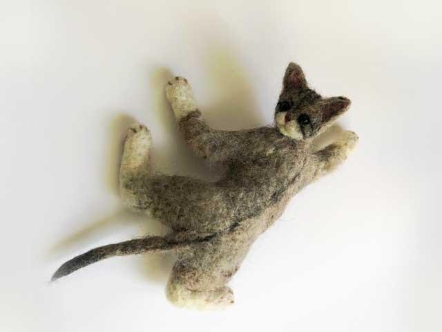 形状安定羊毛フェルト猫『ぴとっ!』ブローチ&ネックレスの画像1枚目