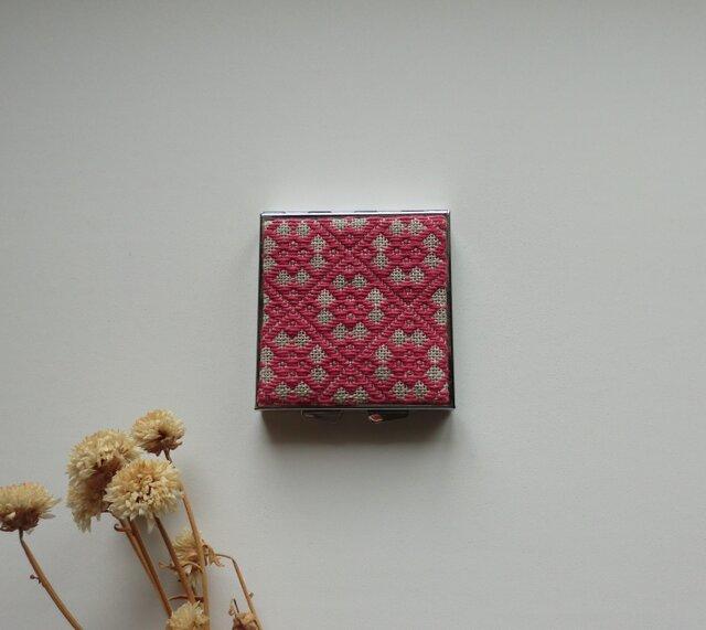 【再販】こぎん刺しのアクセサリーケース(ピルケース)ミラー付き・スクエアL・赤の画像1枚目