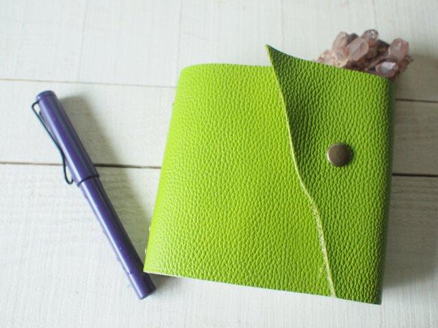 本革 手のひらメモ帳 さわやかライムグリーン 自然な切り口の画像1枚目